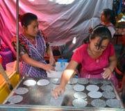 Femme faisant cuire des tortillas Image stock