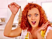 Femme faisant cuire la crevette Photographie stock libre de droits