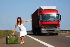 Femme faisant de l'auto-stop images stock