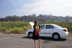 Femme faisant de l'auto-stop le véhicule cassé Photos stock