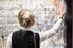 Femme faisant des achats photo libre de droits