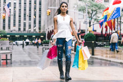 Femme faisant des achats au centre de New York City image stock
