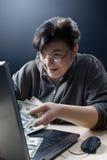 Femme faisant des achats d'Internet Image stock
