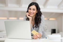 Femme faisant des achats en ligne photos stock