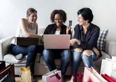 Femme faisant des achats en ligne avec la carte de crédit Images stock