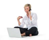 Femme faisant des achats sur la ligne avec la carte de crédit Photo libre de droits