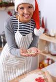 Femme faisant des biscuits de Noël dans la cuisine Image libre de droits