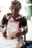 Femme faisant des boulettes de farine photographie stock libre de droits