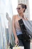 Femme faisant des emplettes en centre ville Photo stock