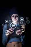 Femme faisant des emplettes en ligne Images libres de droits