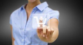Femme faisant des emplettes en ligne Image libre de droits
