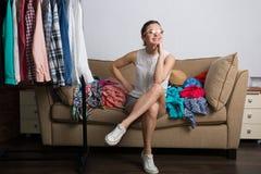 Femme faisant des emplettes en ligne Image stock
