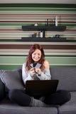 Femme faisant des emplettes en ligne de la maison Photographie stock libre de droits