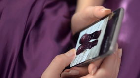 Femme faisant des emplettes en ligne utilisant Smartphone, se situant dans le lit banque de vidéos