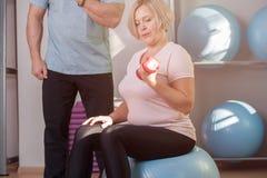 Femme faisant des exercices de force avec des haltères photographie stock