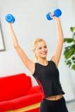 Femme faisant des exercices de forme physique Image stock