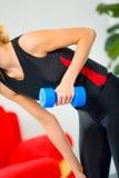 Femme faisant des exercices de forme physique Photographie stock libre de droits