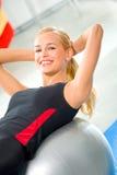 Femme faisant des exercices de forme physique Images stock