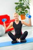 Femme faisant des exercices de forme physique Image libre de droits