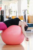 Femme faisant des exercices de pilates Images libres de droits