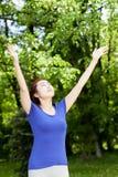 Femme faisant des exercices de relaxation image stock