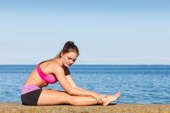 Femme faisant des exercices de sports dehors par le bord de la mer Images libres de droits