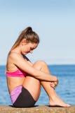 Femme faisant des exercices de sports dehors par le bord de la mer Photo stock