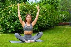 Femme faisant des exercices en parc Photo libre de droits