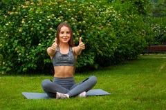 Femme faisant des exercices en parc Photo stock