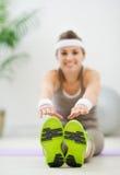 Femme faisant des exercices. Orientation sur des espadrilles Images libres de droits