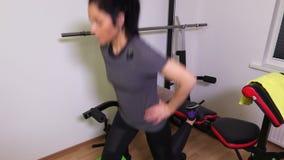 Femme faisant des exercices pour des pattes clips vidéos