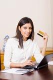 Femme faisant des finances images stock