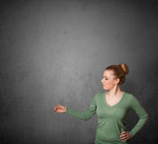 Femme faisant des gestes avec l'espace de copie Photos libres de droits