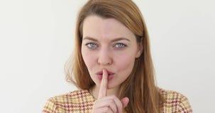 Femme faisant des gestes le doigt de silence sur des lèvres banque de vidéos