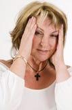 Femme faisant des gestes le mal de tête Image stock