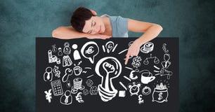 Femme faisant des gestes sur le panneau d'affichage avec de diverses icônes sur le fond vert Images stock