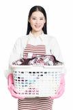 Femme faisant des travaux domestiques tenant le panier de la blanchisserie image libre de droits