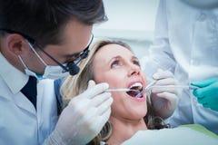 Femme faisant examiner ses dents photo libre de droits