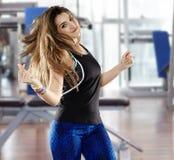 Femme faisant l'aérobic au gymnase Photographie stock