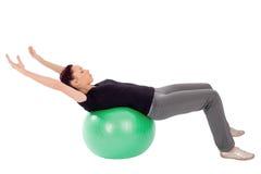 Femme faisant l'exercice abdominal de bout droit Images stock