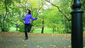 Femme faisant l'exercice avec la corde de saut Plein HD avec le glisseur motorisé 1080p banque de vidéos