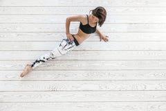 Femme faisant l'exercice convenable sur le plancher blanc Photos stock