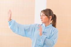 Femme faisant l'exercice de chi de tai de gong de Qi photos libres de droits