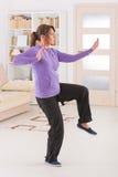 Femme faisant l'exercice de chi de tai de gong de Qi Photographie stock libre de droits