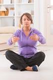 Femme faisant l'exercice de chi de tai de gong de Qi Photos stock