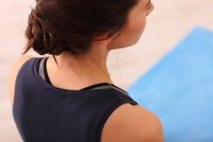 Femme faisant l'exercice de détente méditant de yoga à la maison Style de vie sain Méditation de pratique femelle caucasienne méc Photographie stock libre de droits