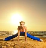 Femme faisant l'exercice de forme physique Photos libres de droits