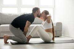 Femme faisant l'exercice de reposer-UPS embrassant l'homme, séance d'entraînement de couples à la maison photographie stock
