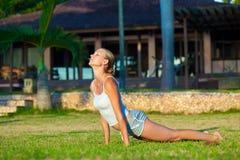 Femme faisant l'exercice de yoga à l'extérieur Image stock