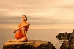 Femme faisant l'exercice de yoga Image stock